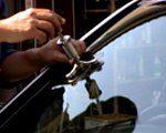 ②次に… 専用工具を設置してヒビの中を真空状態にします。